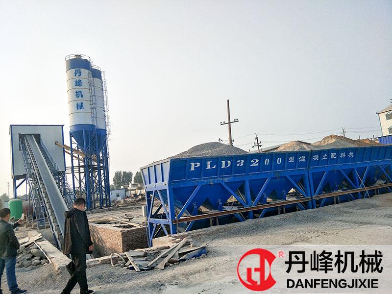 丹峰机械濮阳客户HZS120混凝土搅拌站现场。
